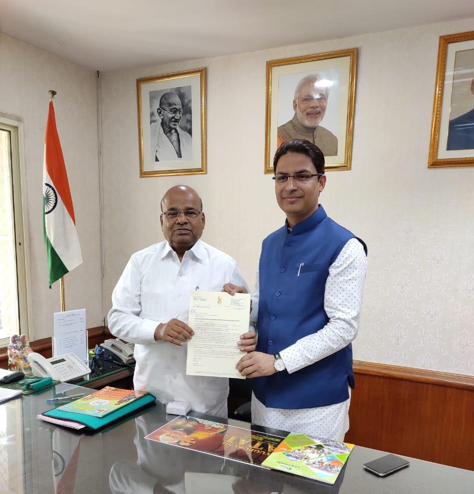 Thawarchand Gehlot wit MP Raju Bista